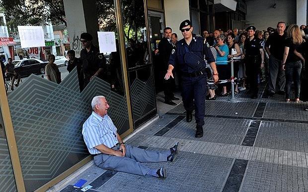 Es sind eher seltene Momente, in denen die Krise plötzlich so deutlich sichtbar wird: Ein weinender Rentner, der kein Geld mehr von seiner Bank bekommt  (Foto: Sakis Mitrolidis/Getty Images)