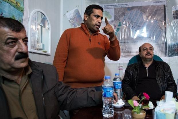 Der Bürgermeister, der Sicherheitschef und das Gefolge. Das Empfangskomitee für den Journalisten aus Deutschland lässt erahnen, wie politisch brisant hier der Ausbau eines Flüchtlingscamps ist (Foto: Sebastian Backhaus)