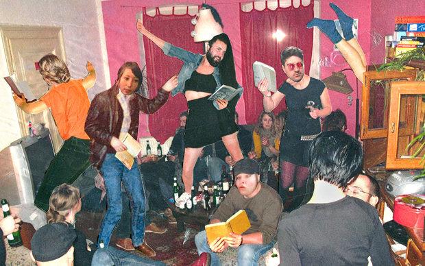 Intellektuelle Home-Party: Denn nur mit Büchern sind's wahrlich Studierende, sagen Linguisten (Illustration: Renke Brandt)