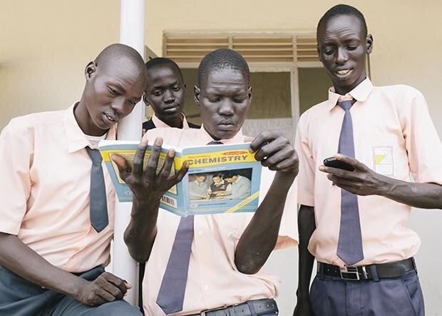Der Südsudan schneidet im HDI-Ranking mit Platz 169 eher schlecht ab. Etwa jeder vierte Erwachsene dort kann nicht lesen. Diese Schüler der Juba Technical High School aber offensichtlich schon. (Foto: Espen Eichhöfer/OSTKREUZ)