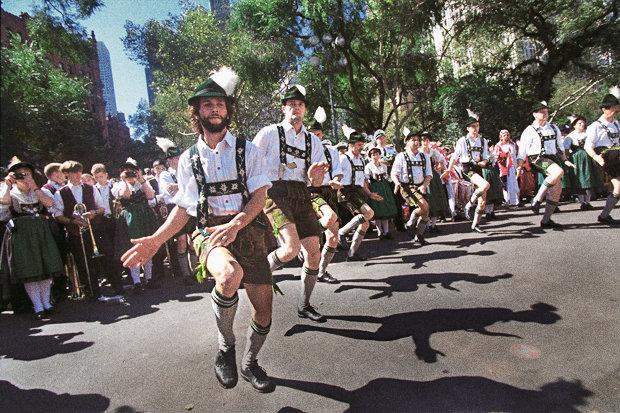 Juchuchuu: Noch immer findet jahrlich in New York eine Parade mit deutscher Folklore statt (Foto: Gerald Herbert/NY Daily News Archive via Getty Images)