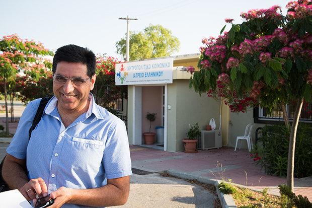 Der Kardiologe Giorgos Vichas hat das früh erkannt und bereits Ende 2011 die Sozialpraxis Elliniko ins Leben gerufen. Heute arbeiten hier 280 Ärzte und Helfer auf Freiwilligenbasis, mehr als 50.000 Patienten wurden seit der Gründung betreut (Foto: Constantinos Stathias)