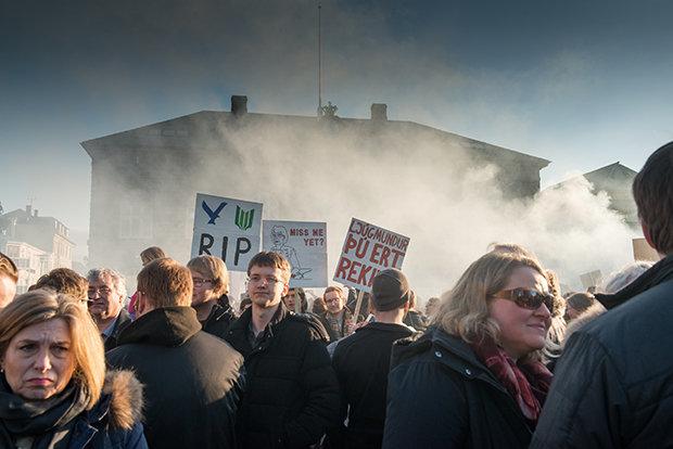 """Wenn in Island Rauch oder Dampf aufsteigt, muss es nicht immer ein Vulkan oder Geysir sein. In diesen Tagen rumort es mitten in der Hauptstadt, deren Name übrigens auf Deutsch """"Rauchbucht"""" bedeutet (Foto: Thor Magnusson/Polaris)"""