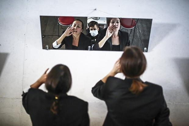 """Auch für ihre Proben muss die Truppe schon mal auf verlassene Garagen zurückgreifen - wie hier beim Stück """"Die Zeit der Frauen"""", das von den Protesten bei der letzten Präsidentschaftswahl handelt (Foto: Siarhei Hudzilin/NYT/Redux/laif)"""