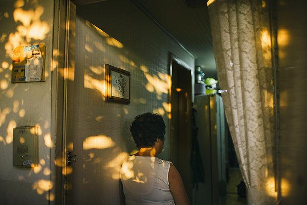 Yi Sansan wurde 1963 in Nordkorea geboren, floh 2004 nach China, wo sie vergewaltigt und mit einem chinesischen Mann zwangsverheiratet wurde. 2012 floh sie weiter nach Südkorea und musste dabei drei Kinder in China zurücklassen (Foto: Hannes Jung)