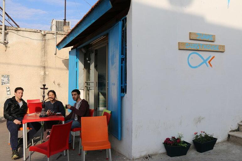 Gäste sitzen vor Juha´s Guesthouse und rauchen Shisha (Foto: Juha`s Guesthouse)