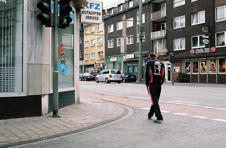 Ein Mann läuft auf einer leeren Strasse (Foto: Christian Werner)