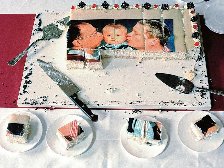 Schwule Väter und Kind auf einer Torte (Foto: Gesche Jaeger/laif)