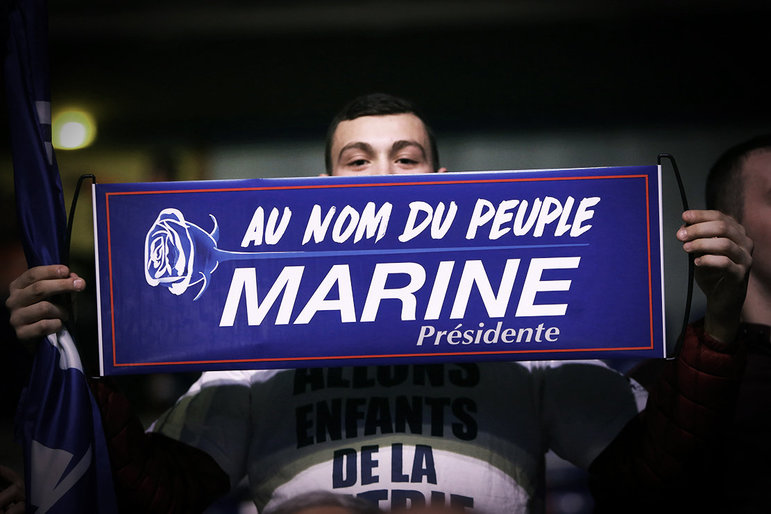 Anhänger von Präsidentschaftskandidaten Marine Le Pen mit Banner (Foto: Fred MARVAUX/REA/laif)