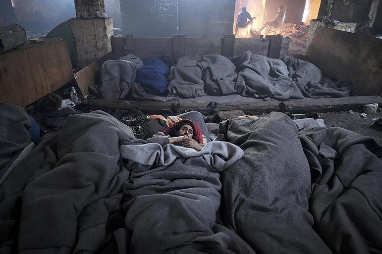 Schlafende Flüchtlinge in einer Lagerhalle in Belgrad (Foto: picture alliance / Photoshot)