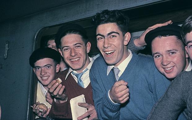 """Ein Bild aus dem Jahr 1961: Italienische """"Gastarbeiter"""" kommen in Deutschland an. So nannte man sie, weil man dachte, sie würden alle irgendwann nach Italien zurück gehen (Foto: Ullstein Bild)"""