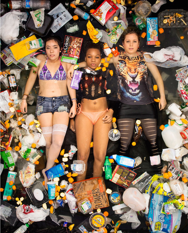 Drei Mädchen baden in Müll (Foto: Gregg Segal)
