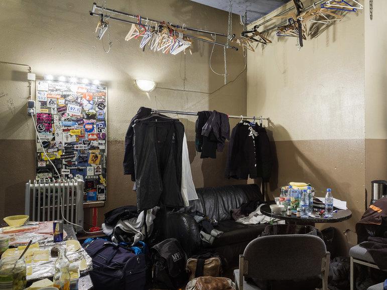 Ein Backstageraum voller leerer Flaschen
