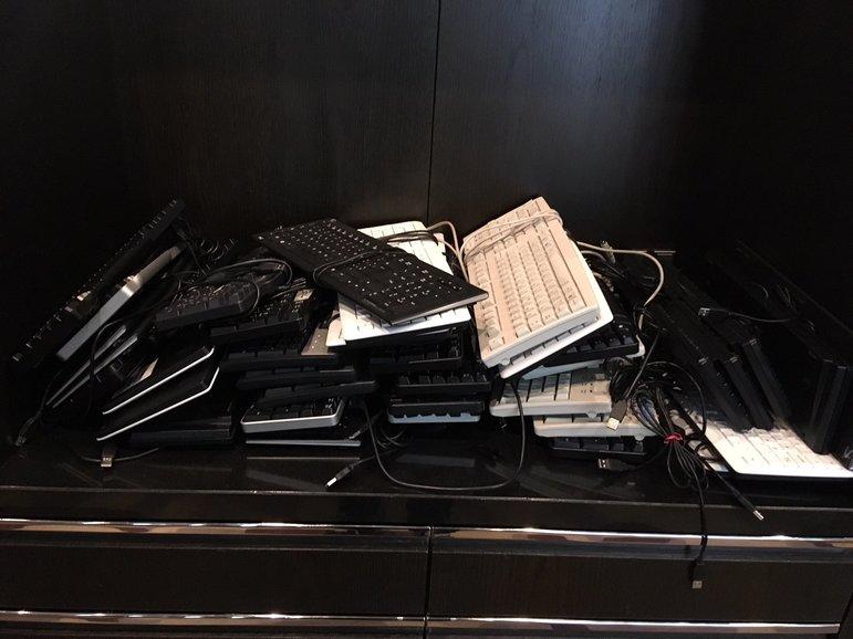 Tastaturhaufen im Pressezentrum der Berlinale (Foto: Michael Brake)