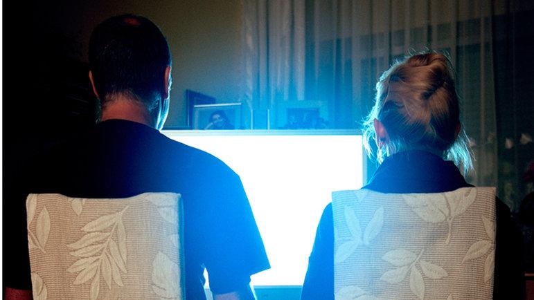 Zwei Menschen schauen TV  (Foto: Paul Koncewicz)