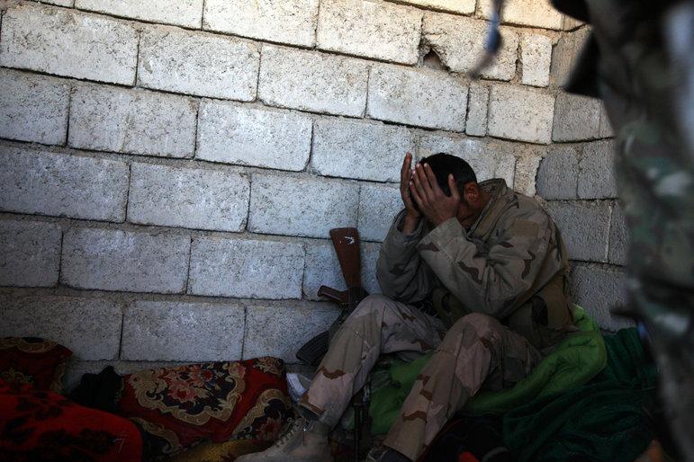Soldat kauert in einer Ecke