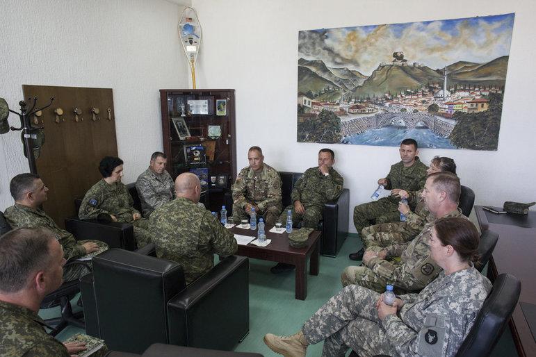 Eine Gruppe Soldaten sitzt zusammen
