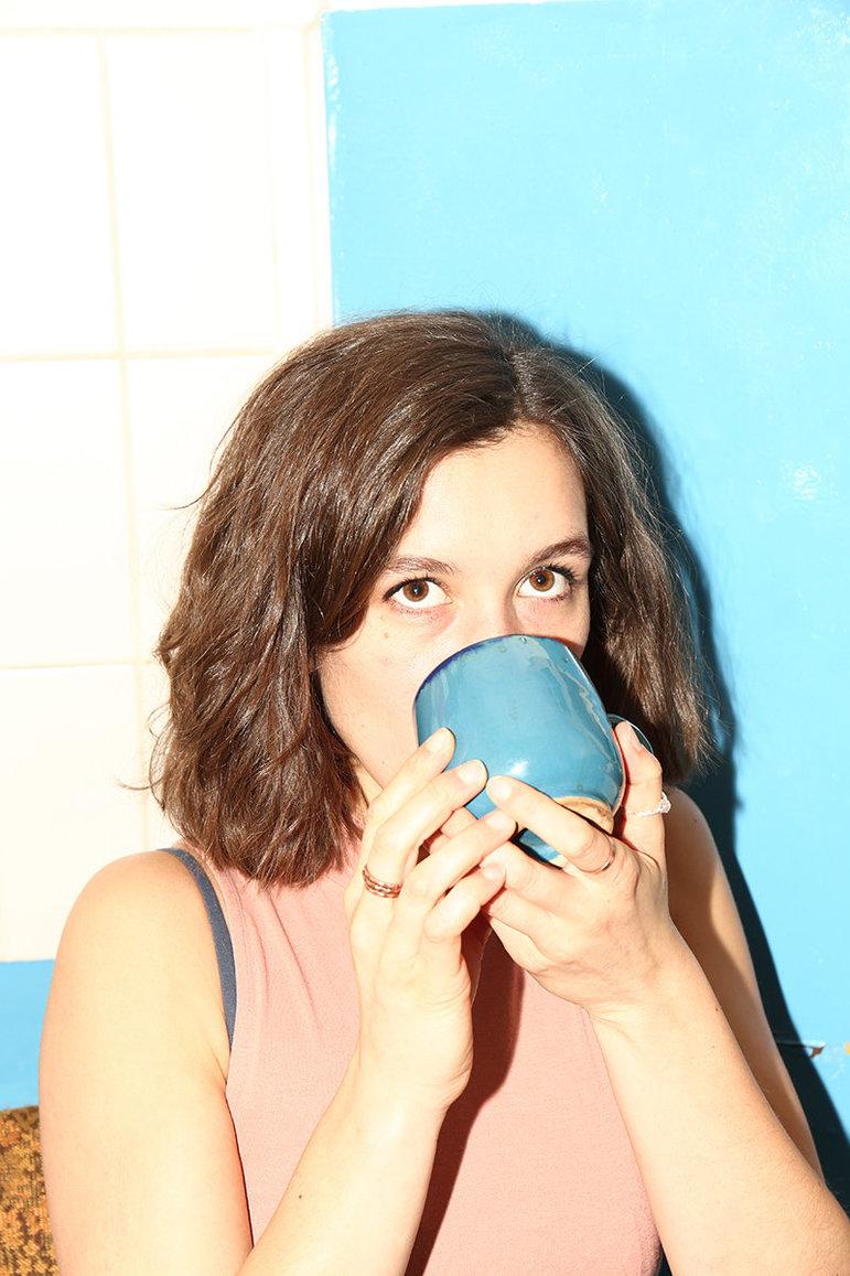 Lisa trinkt Kaffee ( oder Tee? )