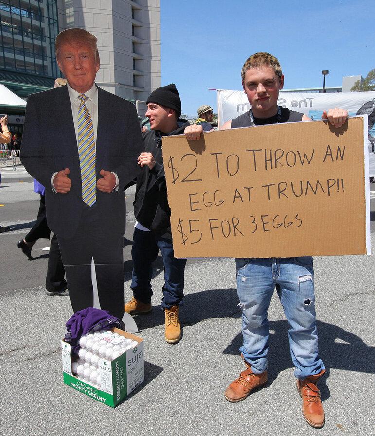 Ein Mann protestiert gegen Donald Trump