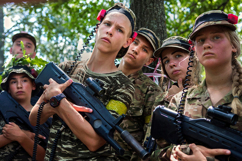 Kinder mit Kalaschnikows