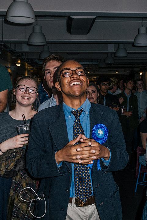 Ein Student auf einer Wahlparty in Bristol