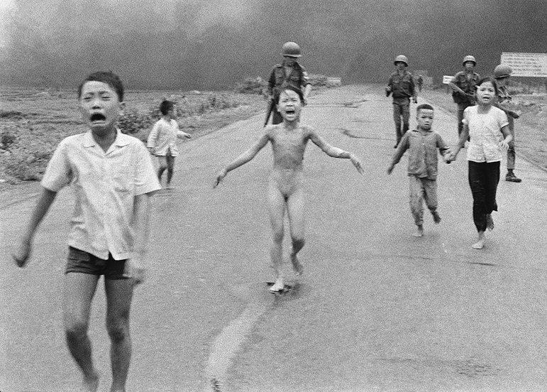 Das Foto des Kriegsfotografen Nick Út aus dem Vietnamkrieg, das schreckverzerrte Gesicht der neunjährigen Kim Phúc, ist eines der berühm- testen Bilder des 20. Jahrhunderts (Foto: Nick Ut / picture alliance / AP Photo)