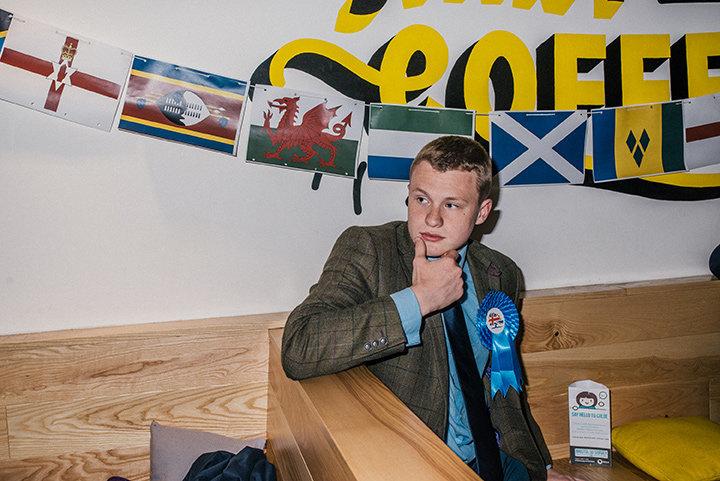 Junger Anhänger der Konservativen in einer Bar