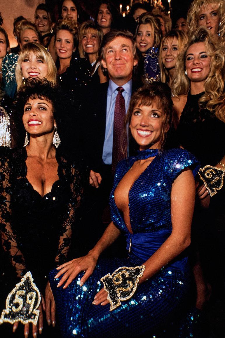 Donald Trump umgeben von Frauen, Bild aus den achtziger Jahren