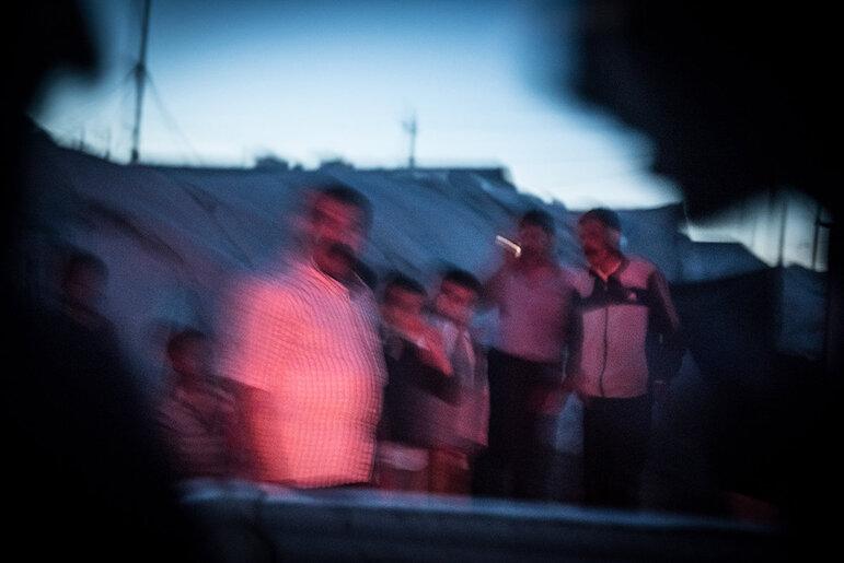 Eine jesidische Familie in einem Flüchtlingslager im Irak (Foto: Chris Grodotzki)