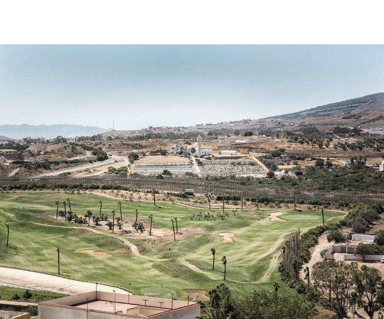 Golfplatz neben Grenzbefestigungsanlage der europäischen Außengrenze Spaniens zu Marokko in der spanischen Enklave Melilla, Juni 2012