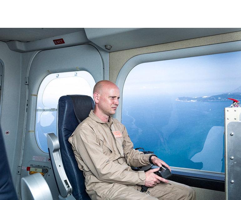 """Operator einer Hochleistungsüberwachungskamera in einem Überwachungszeppelin – ebenfalls im Rahmen des Forschungsprojektes """"Eurosur"""", Südfrankreich, Juli 2013"""