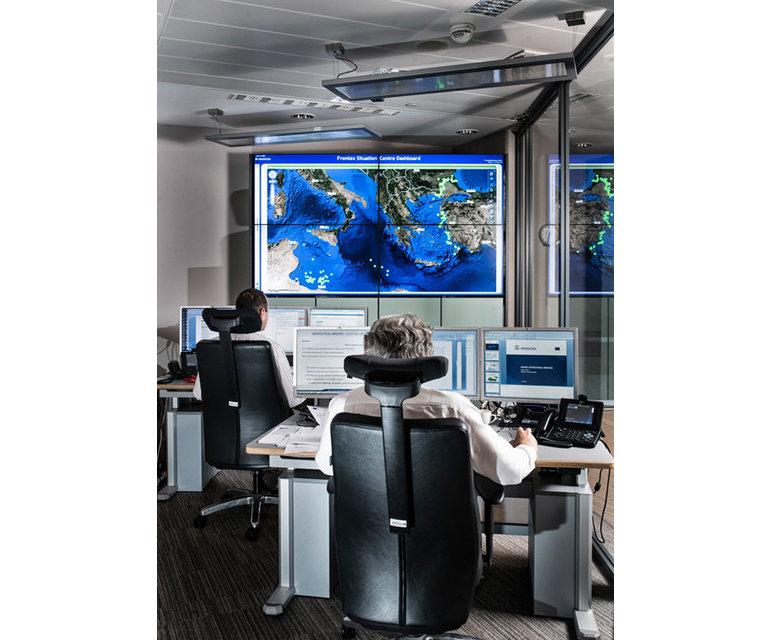 Juni 2014, Frontex-Hauptquartier in Warschau, Lagezentrum- Fünf Beamte überwachen das Mittelmeer