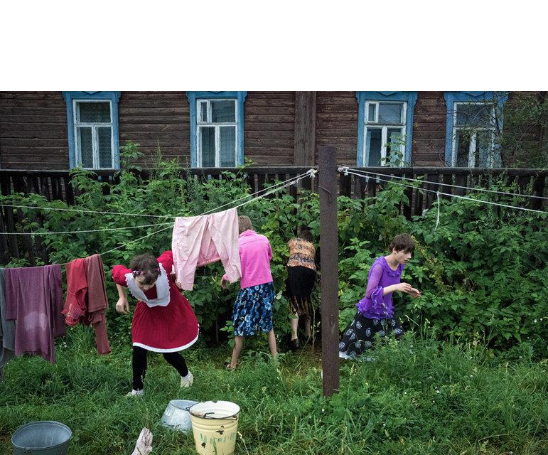 Beim Spielen im Hof des Mädchenheims