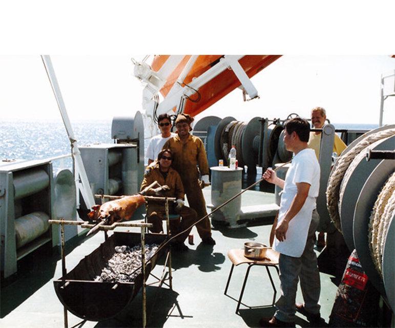 … auf dem Achterdeck unter lebhafter Anteilnahme der Besatzung die Vorbereitungen für den Grillabend. Der Koch …