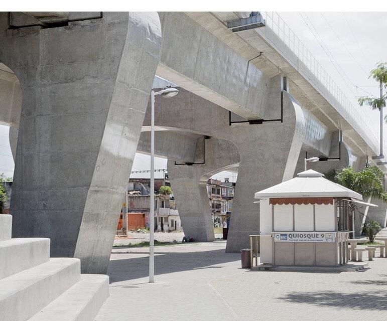 Manguinhos, Rio de Janeiro: Für den Bau einer Zuglinie in wurden in der Planungsphase viele Häuser unbewohnbar gemacht. Die endgültige Umsetzung fand einige Meter entfernt statt.