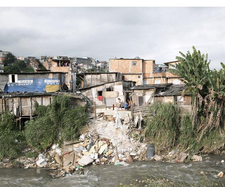 São Paulo: Absturzgefährdete Häuser am Seitenarm des Tiète-Flusses.