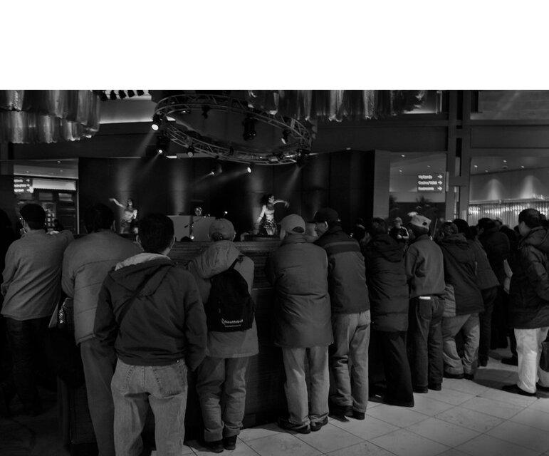 Seltene Zerstreuung: Von weitem beobachten die Bus-Kkun eine Tanzshow in der Casinobar. Hinein gehen sie nicht – dort müssten sie sich ein Getränk kaufen.