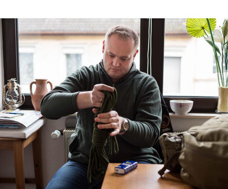 """Den Rucksack, den er packt, hat er immer griffbereit – entweder in der Wohnung oder im Auto. Er nenn das sein """"everyday carry"""""""