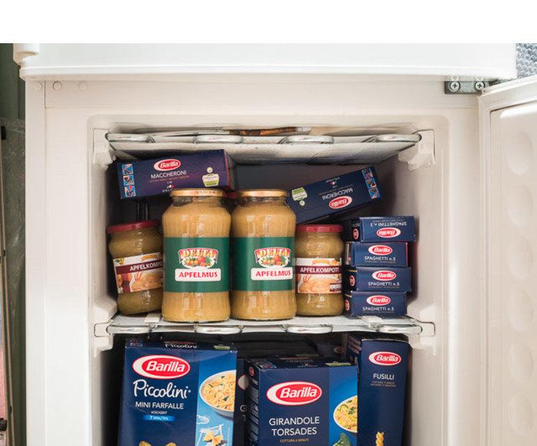 Da die Nudeln über die Jahre der Lagerung im Keller langsam die Raumfeuchtigkeit ziehen würden, lagert Blum sie im Kühlschrank, luftdicht verschlossen.