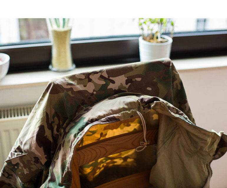 Das Tarnmuster seiner Jacke sei ein ganz spezielles, sagt er. Es habe besonders gute Tarneigenschaften und wird deshalb in vielen Ländern verwendet