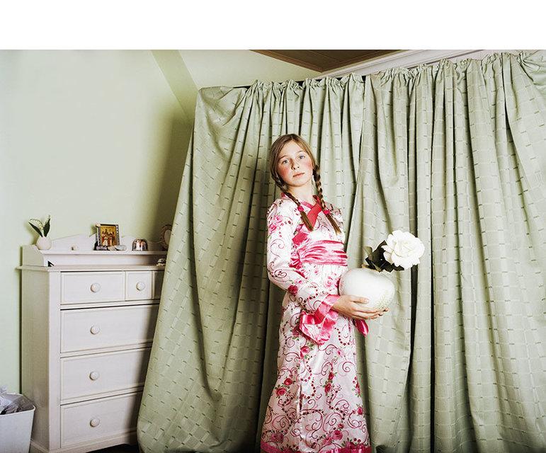 Die Fotografien wurde 1983 in Kirgisien geboren und kam im Alter von sechs Jahren nach Deutschland. Das ist der persönliche Hintergrund.