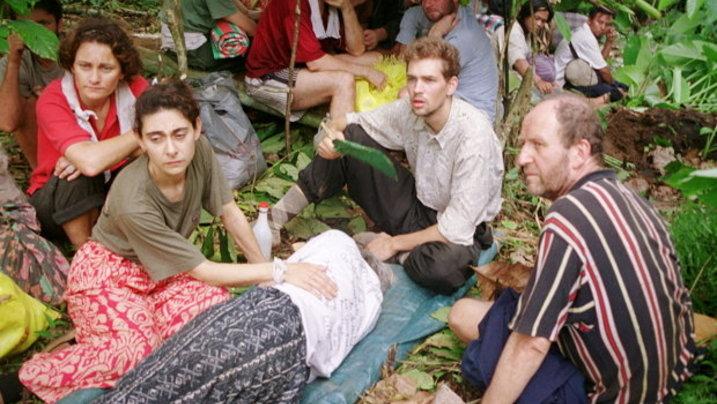 7. Mai 2000: Werner Wallert (rechts) und Marc Wallert (Mitte) pflegen die entkräftete Renate Wallert (liegend). Es sollte noch Monate bis zur ihrer Freilassung dauern