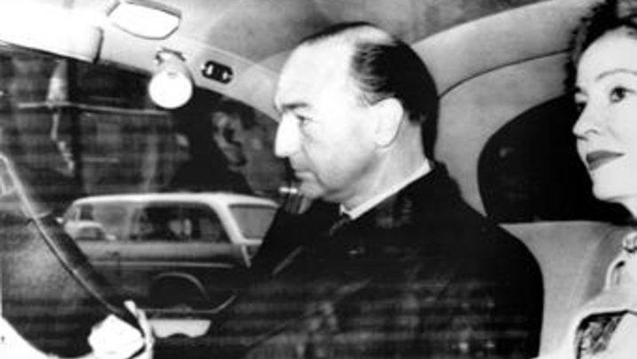 Wegen Christine Keeler (rechts) musste er am Ende seinen Hut nehmen: Heeresminister John Profumo