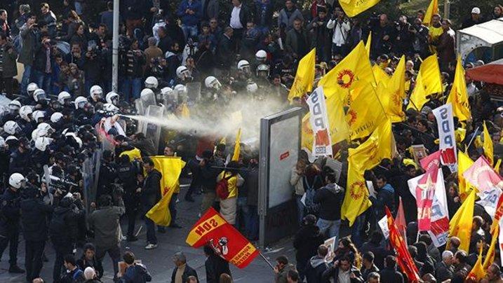 In aller Schärfe: Im November 2013 ging die Polizei mit Pfefferspray gegen eine Demonstration der türkischen Lehrergewerkschaft auf dem Kizilay-Platz in der Hauptstadt Ankara vor