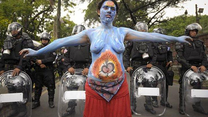 Auf den Straßen der Hauptstadt San Salvador demonstriert die Aktivistin einer Frauenorganisation dafür, Schwangerschaftsabbruch endlich zu entkriminalisieren