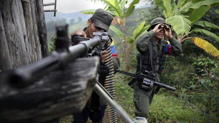 Krieg auf Kosten der Bevölkerung: Mitglieder der Rebellenorganisation FARC nehmen Regierungstruppen ins Visier