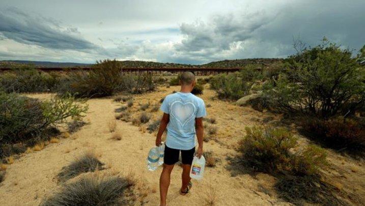 """Ein Mitglied der """"Border Angels"""" ist unterwegs, um Wasserkanister zu deponieren"""