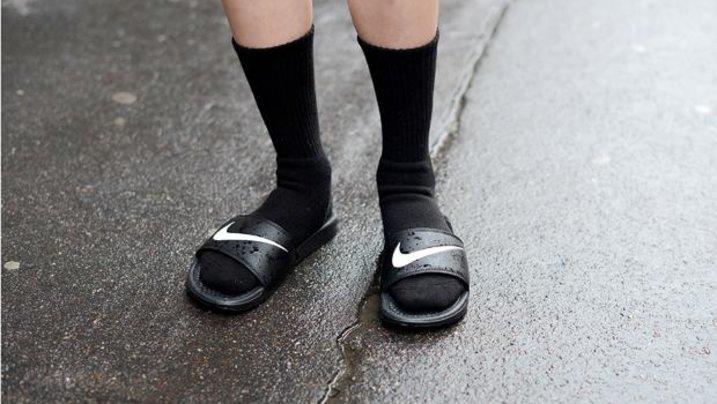 Da muss man jetzt auch als erfahrener Trendscout stark sein: Socken in Badelatschen gehen wieder
