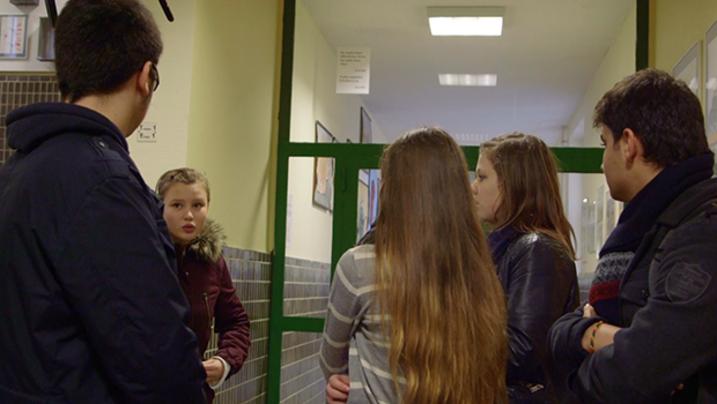 Jugendliche, die in der Schule als Flüchtlingshelfer arbeiten