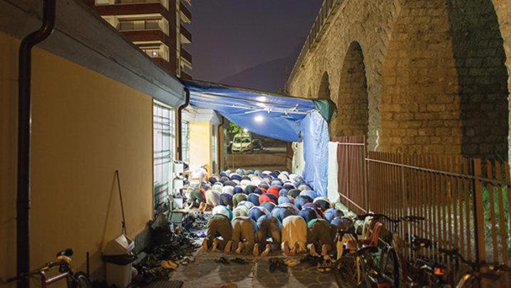 Beten, wo früher die Lieferwagen mit den frischen Lebensmitteln vorgefahren sind. Ein Bild aus der Stadt Trient